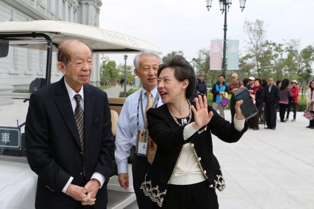 創辦人許文龍(左),博物館典藏著許文龍從孩提到老年的圓夢故事。  (奇美博物館提供)