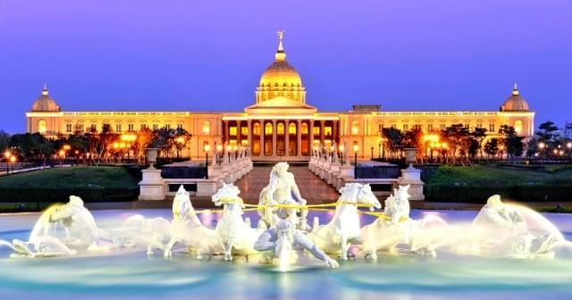 璀璨典雅的西方宮殿式建築,奇美博物館期許為大眾而生。(奇美博物館提供)