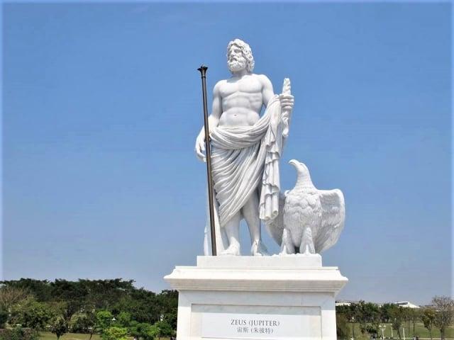 奧林帕斯橋上,希臘神話12主神之宙斯雕像。(攝影/吳雁門)