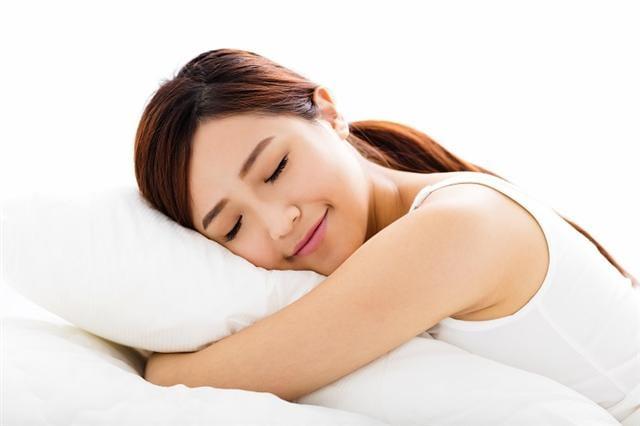 「晶能量睡覺機」以中國傳統的艾灸、日本的岩石燙熱原理來熱灸身體的穴位,能夠幫助解決睡不著的問題,讓每個人都能快速入眠。(123RF)