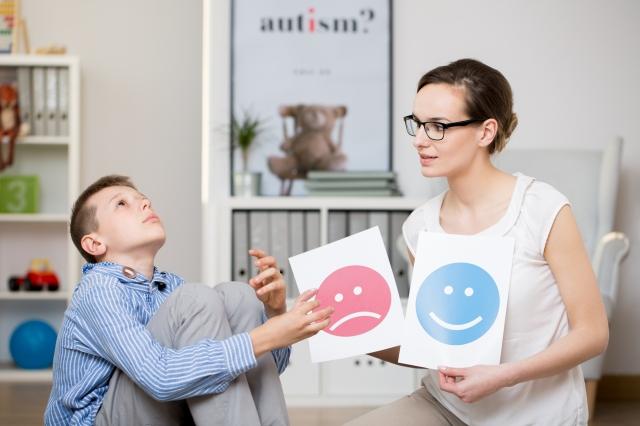 「亞斯」即「亞斯伯格症候群」(Asperger syndrome)的簡稱。需要透過社會的組織宣導,促使人們去理解、關懷與協助。(123RF)