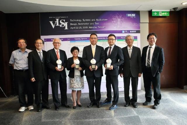 工研院舉辦VLSI研討會,會中頒發ERSO Award給中美矽晶董事長盧明光(左3)、緯穎科技總經理洪麗甯(左4)、華邦電子董事長焦佑鈞(左5)、M31円星科技董事長林孝平(左6)。(工研院提供)