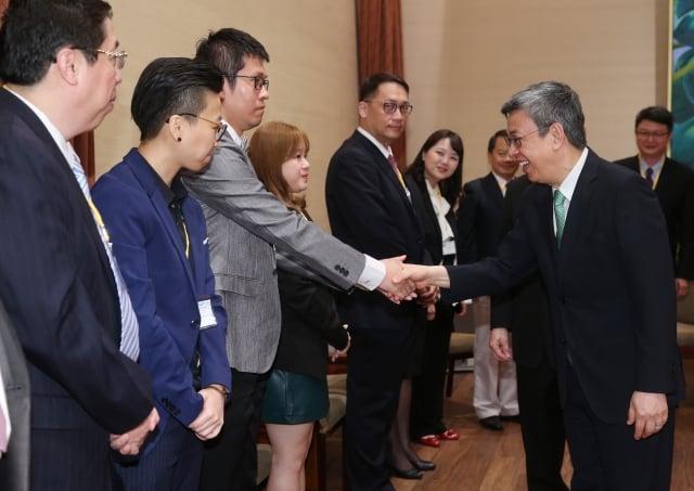副總統陳建仁(前右)24日在總統府接見「2018第14屆國際傑出發明家獎得獎人」。 (中央社)