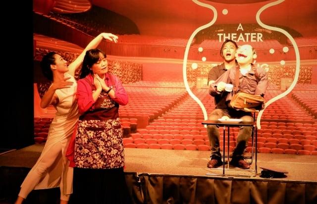 亞東劇團《多加一點愛》由兩部戲組成,〈饒恕七十個七〉、〈小彭的洋娃娃〉。