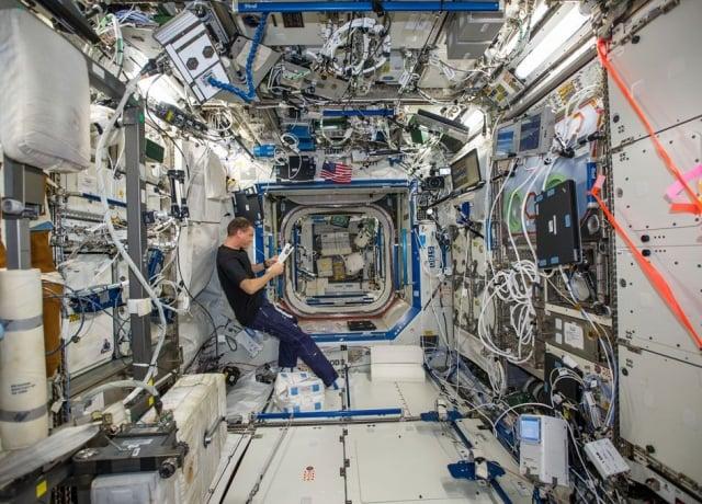 國際太空站的内部空間充滿了各種細菌。(NASA)