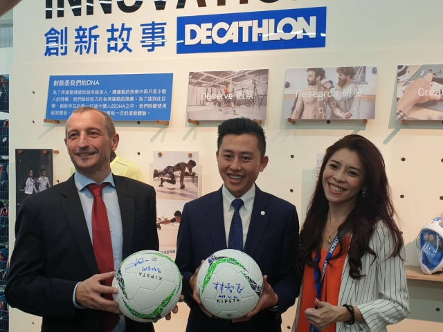 簽名球儀式,林智堅(中)、紀杰夫(左)、謝孟淇(右)