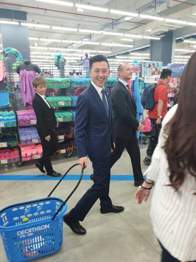 林智堅成為新竹旗艦店的第一位顧客。