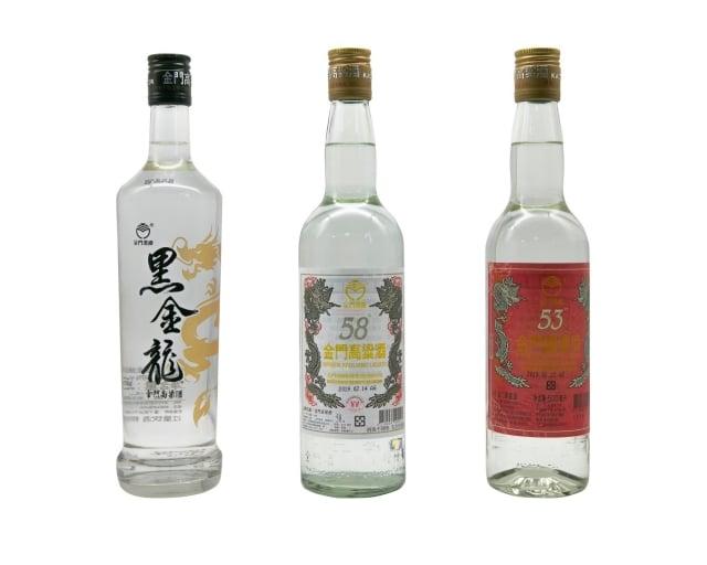 黑金龍金門高粱酒(左至右)、58度金門高粱酒、金門喜宴酒榮獲雙金牌獎。