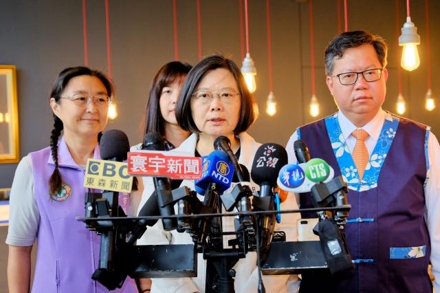 總統蔡英文(前中)2日表示,政府會盡最大力量與友邦一起努力穩固外交。(中央社)