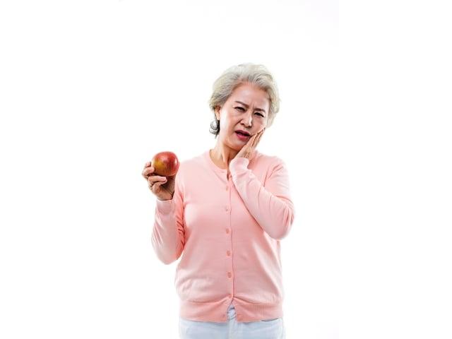 中醫對牙周病的治療,主要是退火,因為上牙屬足陽明胃經,下牙屬手陽明大腸經,陽明為多氣多血之經,因脾胃之火旺盛,牙齦就容易腫脹發炎疼痛。(123RF)