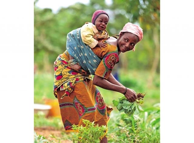 許多國家一直延續著襁褓習俗,居住在非洲肯亞奈洛比的醫師克萊兒發現,在非洲,走在路上隨處可見包裹著布巾的寶寶被大人揹在身上。(Fotolia)