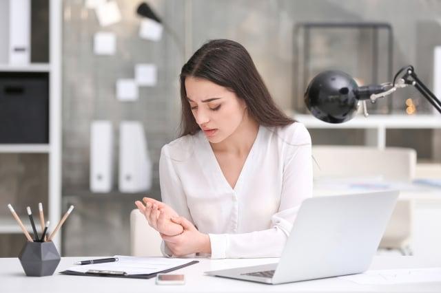 板機指的正式醫學名稱是「手指屈肌腱狹窄性肌腱鞘炎」,導致肌腱與腱鞘因過度磨擦而產生發炎腫脹,手指彎曲後肌腱就卡住而手指伸不直。(Fotolia)