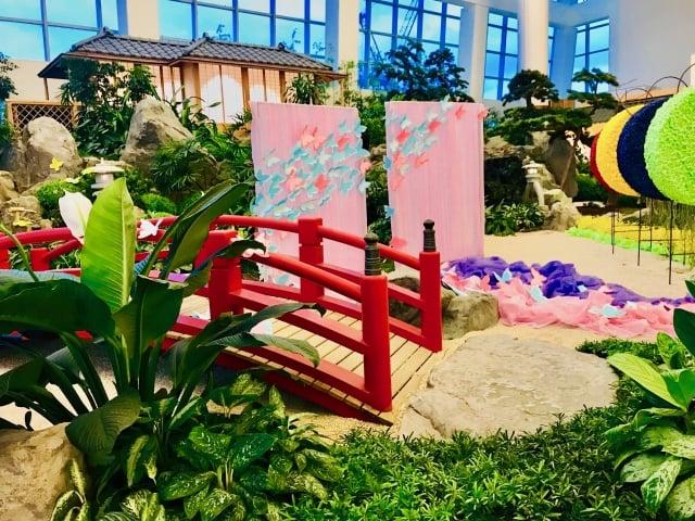 展出結合「紙藝術」、當季花材、日式建築,所設計的花藝作品。(朱孝貞/攝影)