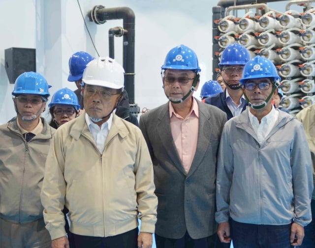 行政院長蘇貞昌(前左2)視察澎湖海水淡化廠,並聽取澎湖地區供水簡報。(中央社)