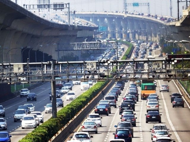 交通部高速公路局宣布端午節連續假期國道交通疏導措施,6月7日至9日每天0至5時免收費。(中央社檔案照片)