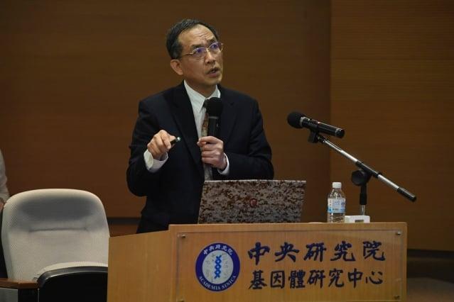 中研院基因體研究中心主任洪上程與日本跨國團隊發現,人工合成的硫酸乙醯肝素八醣體可啟動修補中樞神經元機制,有望治療癱瘓。(中研院提供)