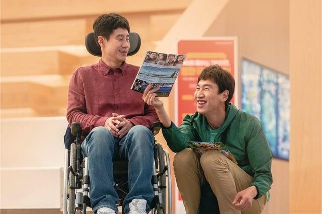 申河均(左)、李光洙(右)飾演一對血緣的兄弟,卻相互扶持一起生活將近20年。 (采昌國際多媒體提供)