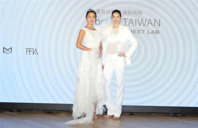 2019米蘭設計週,「braIN TAIWAN」遇見米蘭台灣新時尚,名模王麗雅 (左)、林嘉綺展示蕾絲布白色禮服。(乙梵整合行銷提供)