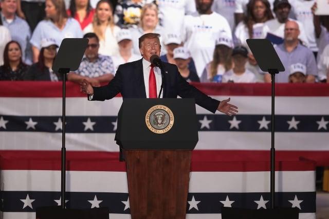 5月8日,川普在佛羅里達州的一次集會上發表講話說,之所以加徵關稅,是因為北京談判立場的改變。(Scott Olson/Getty Images)