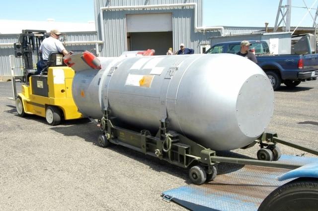 美國德州潘泰克斯(Pantex)彈頭裝備廠的工作人員將B53核彈移出廠房。(AFP/美國能源部)