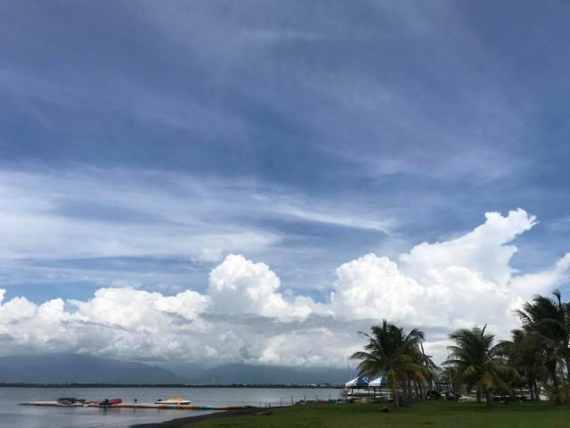大鵬灣是全台唯一的單口囊狀潟湖,有風無浪,可以駕帆船、伐獨木舟、跑快艇。(大鵬灣帆船基地提供)