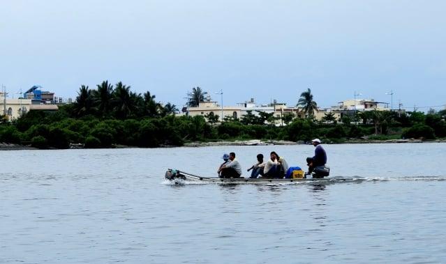 大鵬灣帆船基地的塑膠筏過去曾載送客人去蚵殼島,現在只載熟識的親友遊湖。(攝影/鄧玫玲)