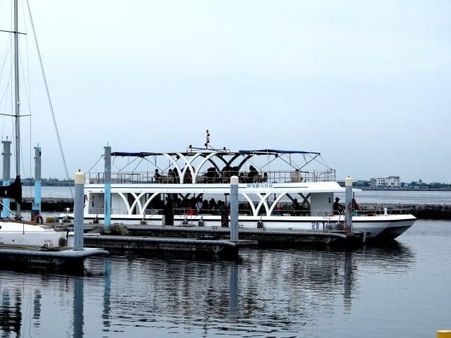 大鵬灣帆船基地的遊艇載著團體旅遊的客人遊湖,快速方便。(攝影/鄧玫玲)