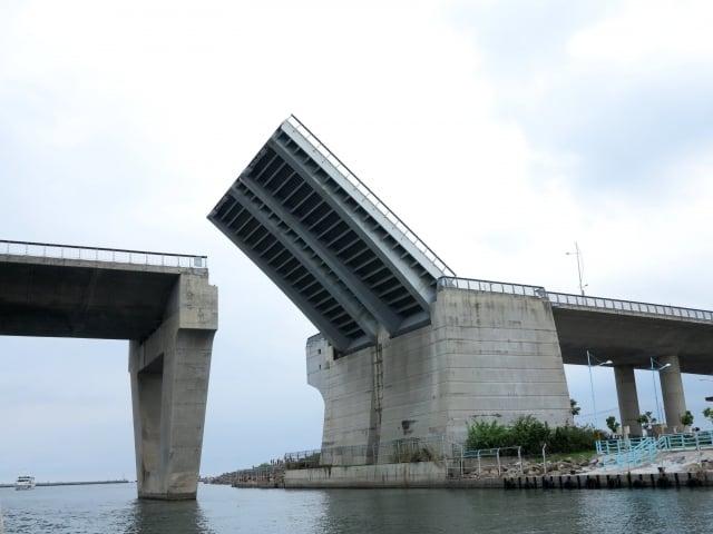 跨海大橋每個假日的開橋秀,吸引很多遊客前來觀賞。(攝影/鄧玫玲)