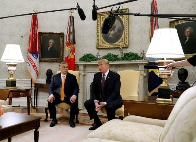 美國總統川普週一發推文說,美國對中共加徵關稅,中方損失更大,因為美國買主會找到很好的替代來源。圖左為匈牙利總理奧班(Viktor Orban)。(Mark Wilson/Getty Images)
