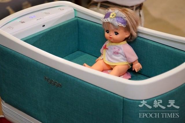 大葉大學工設系學生結合嬰兒床與空氣清淨機。