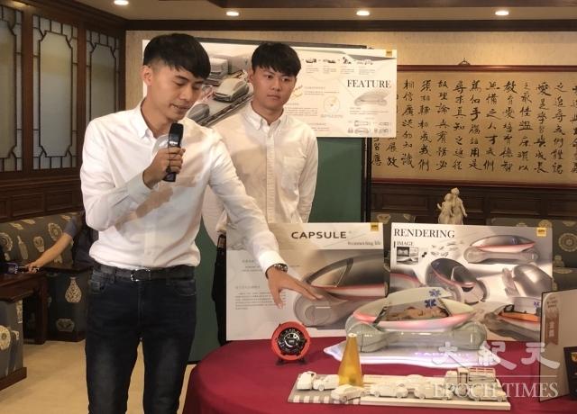 大業學生陳奕中(前)解說救護車研發過程。