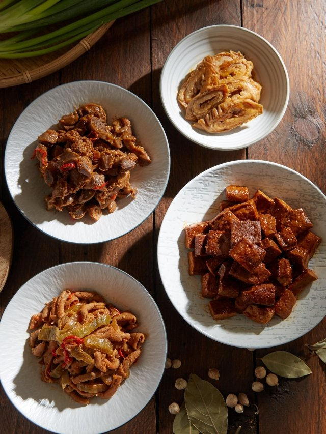 滷味包括甜辣東山豆干、Q軟嚼勁雞胗、酸菜鴨腸、涮嘴的大腸頭。