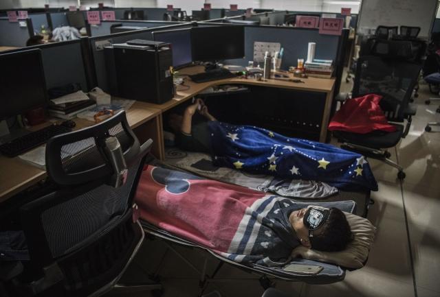 華為深圳總部員工的座位底下都有一床被褥,好在午飯後小睡,之後他們將工作到晚上10點。