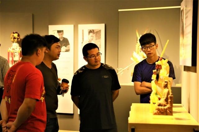 首檔「薪傳傳心邀請竹編工藝、漆工藝、錫工藝、粧佛及傳統木雕等重要傳統工藝14位結業藝生,每位提供2-3件作品展出。(文化部文資局提供)