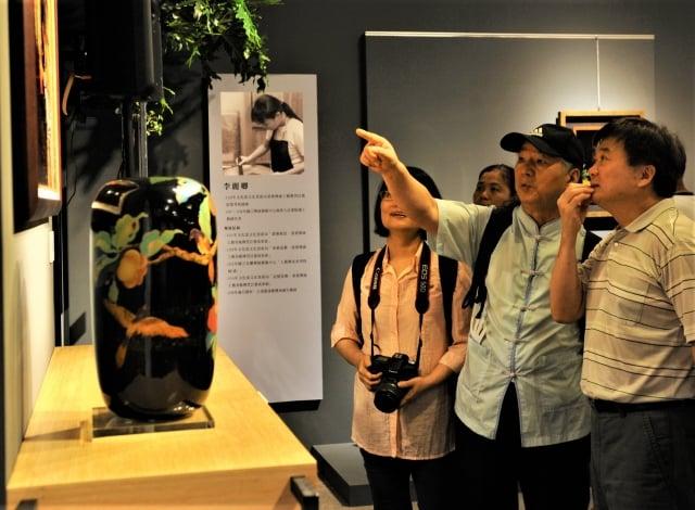 首檔「薪傳傳心邀請竹編工藝、漆工藝、錫工藝、粧佛及傳統木雕等重要傳統工藝14位結業藝生,每位提供2-3件作品展出。