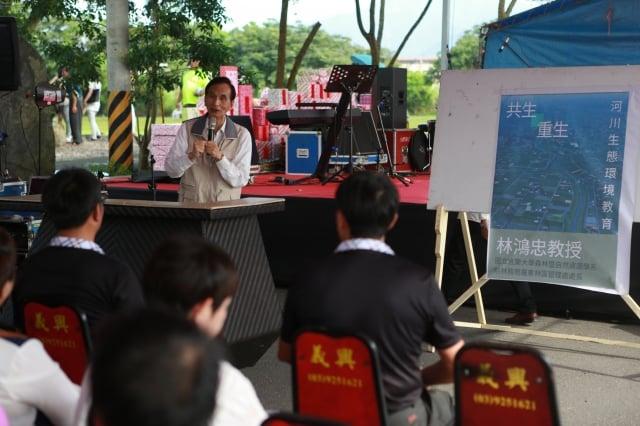 宜蘭大學林鴻忠教授演講《共生 重生 河川生態教育環境》。(記者曾漢東/攝影)