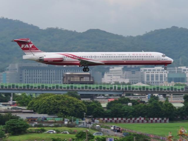 遠東航空日前臨時宣布,5月18日起至5月底,取消31國際航班,原因是配合民航局的「飛行時數控管」。圖為遠東航空客機。(維基百科公有領域)