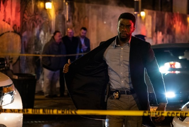 電影《暴走曼哈頓》(21 Bridges)劇照,男星查德維克‧博斯曼(Chadwick Boseman)卸下黑豹戰袍,從超級英雄轉當足智多謀的紐約警探。(CATCHPLAY提供)