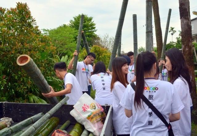 青年學子在新竹田寮社區體驗孟宗竹工藝,自己劈竹子、做水杯存錢筒。(中原大學提供)