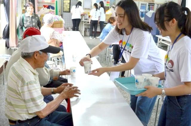 透過奉茶、共餐等活動讓學生與長輩互動。(中原大學提供)