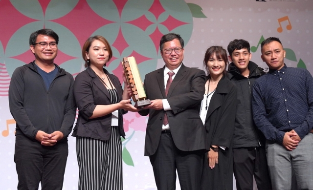 2019桃園合唱藝術節-阿卡貝拉大賽3_第一名得獎隊伍「Sure」,由鄭文燦市長頒發冠軍獎座。