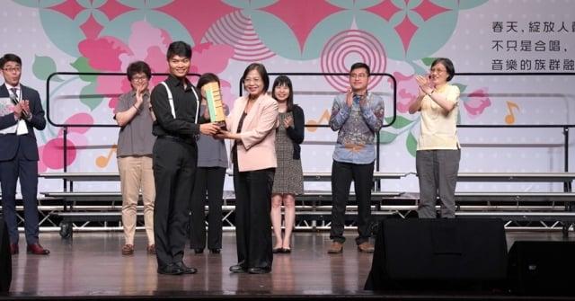 2019桃園合唱藝術節-合唱大賽5_桃樂獎得獎隊伍「武陵人合唱團」,由桃園市政府文化局莊秀美頒獎。