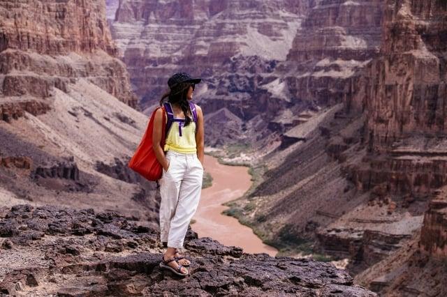 涼鞋靈感來自多層赭紅色岩石、彎曲河流和夕陽顏色。(品牌提供)