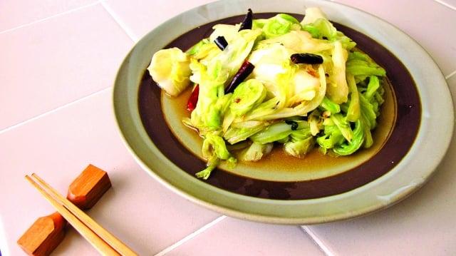 女兒回家鄉小吃「醋溜高麗菜」必點的一道菜。(123RF)