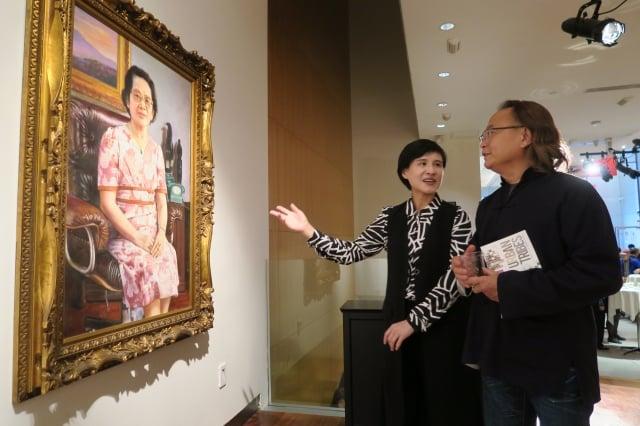 文化部長鄭麗君與順天美術館長陳飛龍(右)一起欣賞藝術家李梅樹的畫作。(文化部提供)