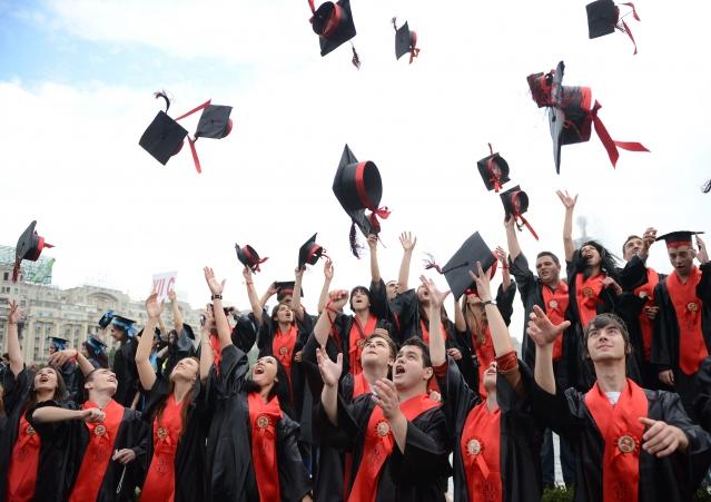 一位身處壓力和逆境中的美國高中生不但成為榮譽致詞生,還獲得300萬美元獎學金。(示意圖)(DANIEL MIHAILESCU/AFP/GettyImages)