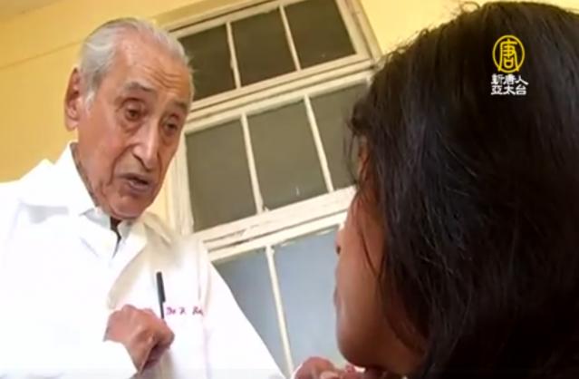 擔任精神和神經內科醫師的傑利已100歲,仍在執業。(新唐人電視台)