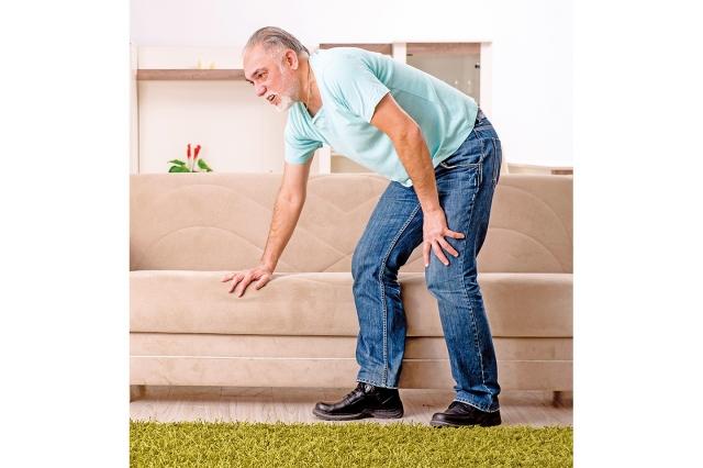 容易引發下肢動脈栓塞的危險族群為40歲以上的中老年人、缺乏運動且久坐不動者、長期抽菸者、有冠狀動脈家族史者與體重過重者,以及高血壓、高血脂、高血糖的三高患者。(shutterstock)