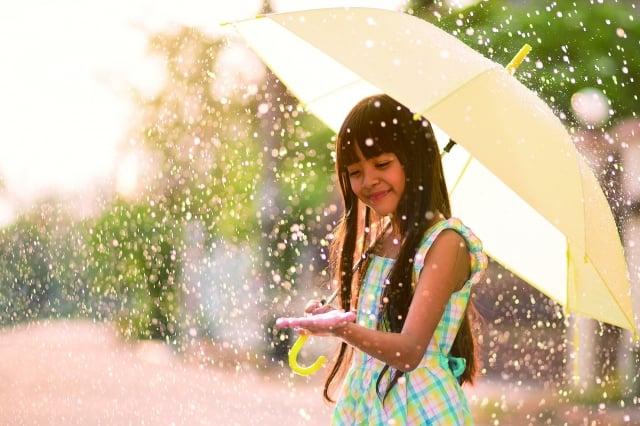 淙流響唱成一點一滴飛濺的音符,唱成一首雨季未完的歌。(123RF)