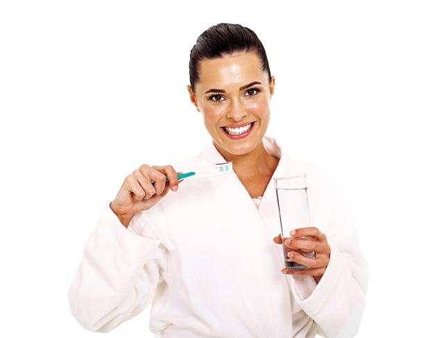 千萬不能輕忽術後牙齒的保養;但無論選擇何種治療,都不能輕忽之後的口腔保健。(Fotolia)
